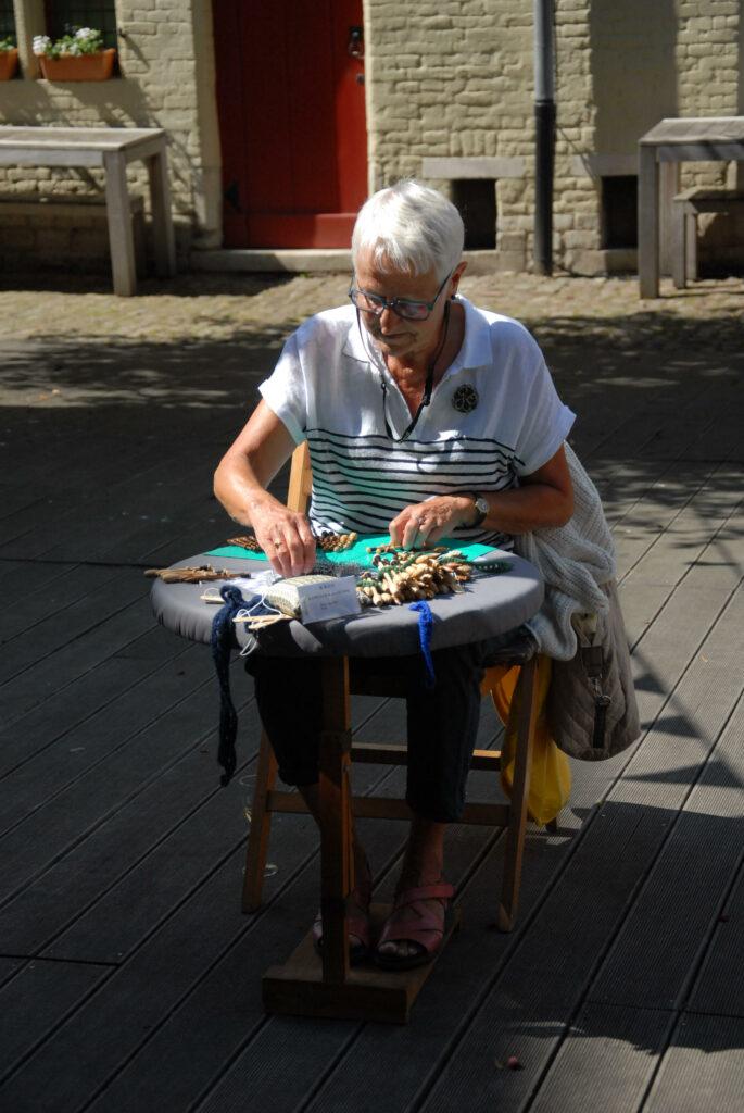 Ook Jacqueline toonde haar kantkloskunsten deze zomer.